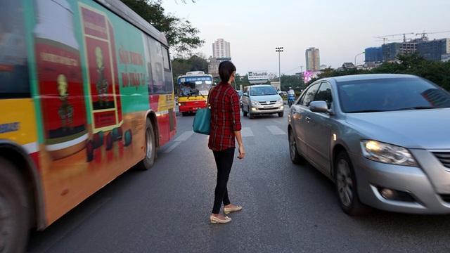 Hà Nội, xe buýt, qua đường, thót tim