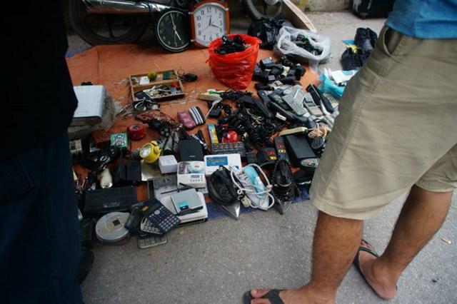 Những chiếc máy tính casio, đồng hồ, bàn là đều được người bán chia sẻ vẫn dùng được.