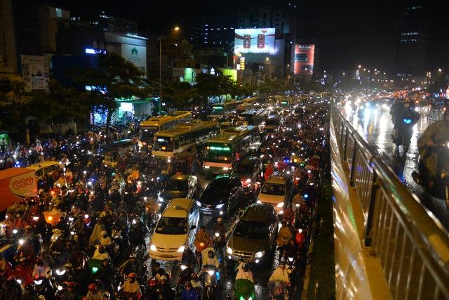 Xe máy lưu thông trên cầu vượt Hàng Xanh để tránh kẹt xe - Ảnh: Hữu Khoa