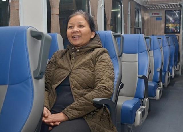 Cô Hồ Thị Hưng (50 tuổi) đi từ Hà Nội - Bình Định cho biết, đây là lần đầu tiên đi tàu có cảm giác thoải mái, nhân viên lịch sự tận tình hướng dẫn hành khách.