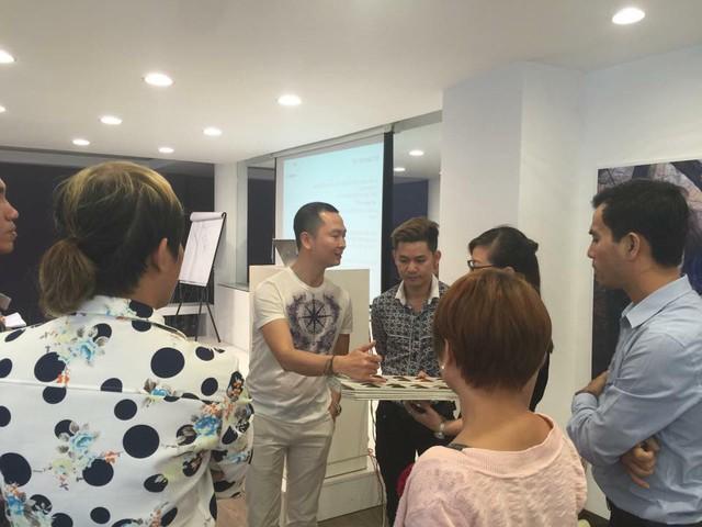 Nhà tạo mẫu tóc Minh Tâm còn tham gia giảng dạy, chia sẻ kinh nghiệm nghề cho các đồng nghiệp.