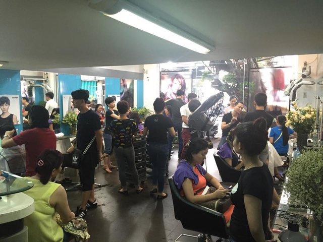 Salon lúc nào cũng đông khách. Khách hàng nhiều khi đặt lịch trước vẫn phải chờ.