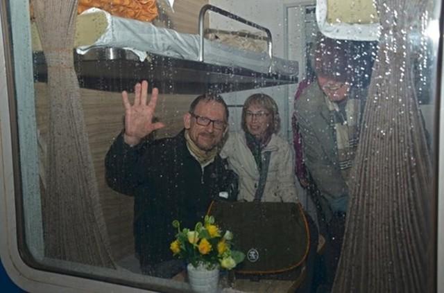 Những vị khách nước ngoài cũng rất thích thú khi trải nghiệm tàu