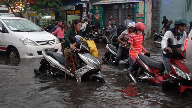 Xe cộ chết máy trên con đường ngập - Ảnh Đức Phú