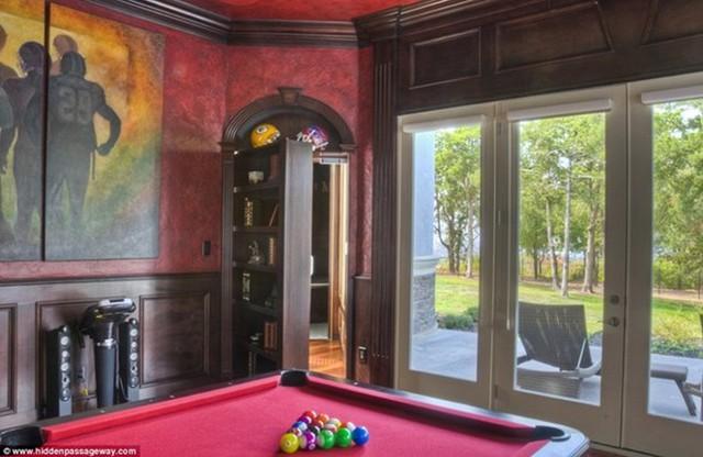 Chiếc tủ trong phòng Billiard này có thể dịch chuyển để lộ ra một căn phòng bí mật đằng sau. Công ty này cho biết họ đã lắp đặt hệ thống cửa và hầm bí mật tại nhiều