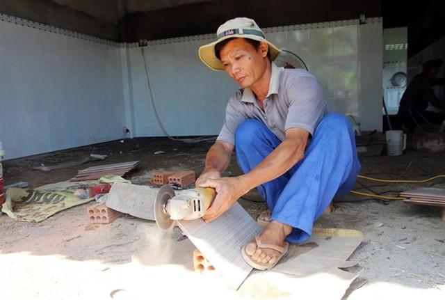 Trồng dưa thua lỗ, ông Phạm Văn Thanh đi làm phụ hồ.