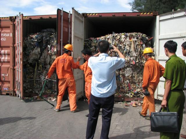 """Nhiều container chứa phế liệu nằm """"đắp chiếu"""" tại các cảng Hải Phòng nhiều năm - Ảnh: Quang Ngô"""