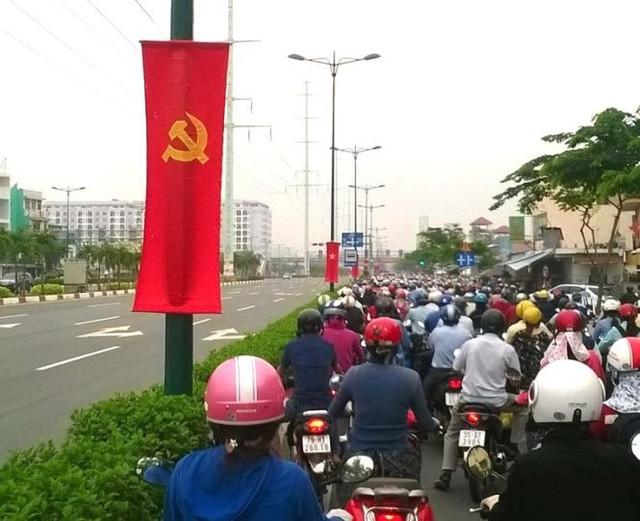 Làn xe máy kẹt cứng gần giao lộ Phạm Văn Đồng - Nguyễn Xí trong khi làn xe hơi thưa thớt . Ảnh chụp lúc 7g30 ngày 14-10-2015 - Ảnh: Nguyễn Đức Minh.