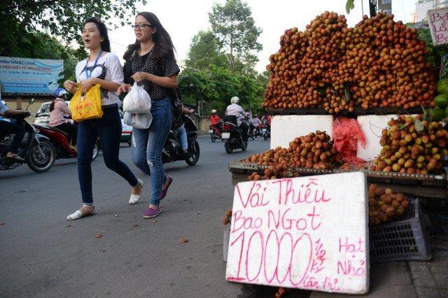 Vải thiều bán tràn lan trên đường phố Sài Gòn. Số lượng ký ghi chữ rất nhỏ theo giá bán chữ rất to- Ảnh: Hữu Khoa.