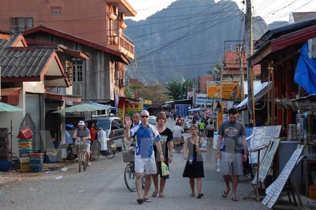 Không khách sạn 5 sao, chẳng nhà hàng sang trọng, nhưng Vang Vieng vẫn thu hút rất đông khách du lịch. (Nguồn: Phạm Kiên/Vietnam+)