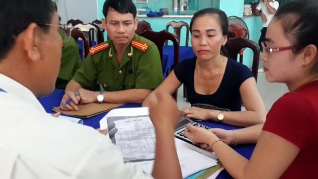 Chủ quán 62B Võ Thị Sáu Nguyễn Thị Dung (thứ hai từ phải sang) và nhân viên tính tiền của quán (đầu tiên từ phải sang) làm việc với đoàn kiểm tra liên ngành TP Vũng Tàu chiều 4-8 - Ảnh: Đông Hà.
