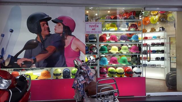 Sản phẩm màu sắc bắt mắt nhưng các cửa hàng vẫn rất vắng khách.