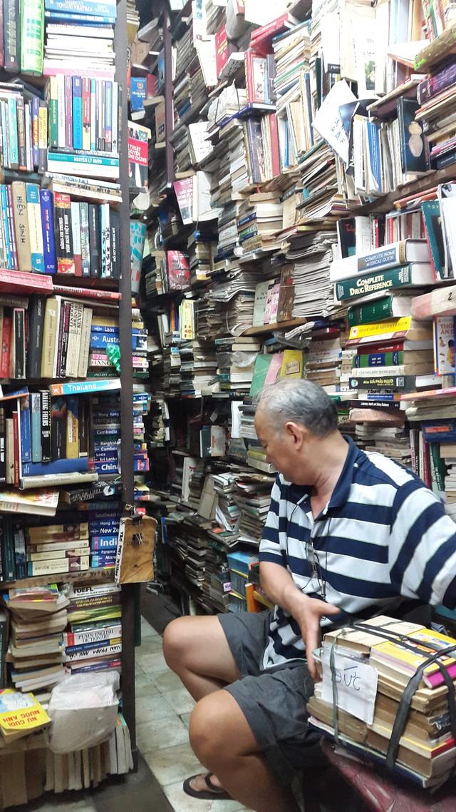 Sau mỗi lần khách xem sách xong, ông lại đóng gói cẩn thận và để trở lại chỗ cũ, nơi mà chỉ có mình ông mới biết.