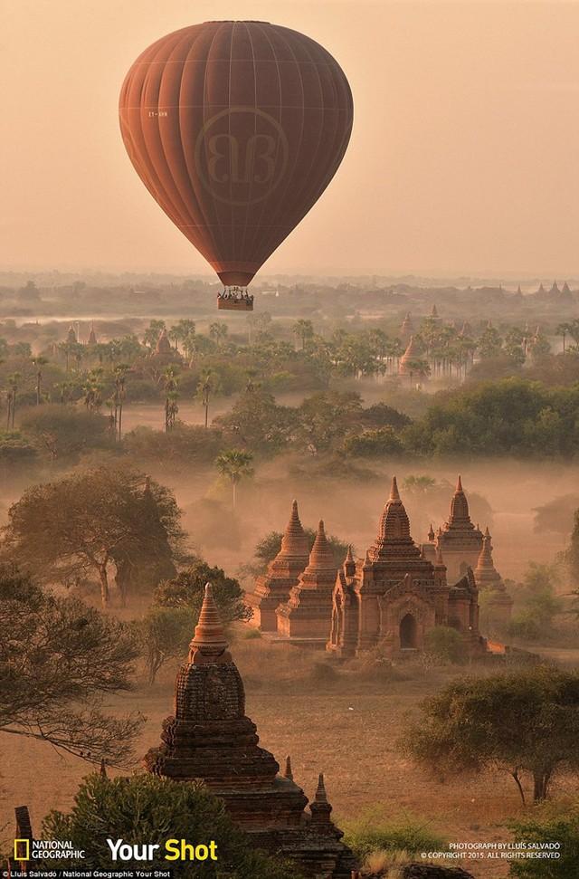Sương sớm bao phủ những ngôi đền cổ tại thành phố Bagan, Myanmar.