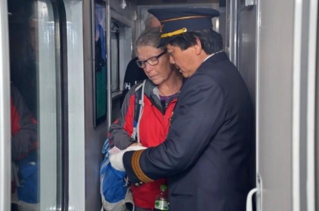 Ông Trần Xuân Hùng – Trưởng tàu khách SE4 cho biết, để hướng tới phong cách phục vụ khách hàng một cách tốt nhất, đội ngũ nhân viên nhiệt tình, chu đáo tạo cho hành khách cảm giác thoải mái khi đi tàu.