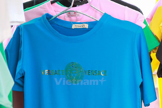 Nhãn hiệu, nhãn mác nổi tiếng quốc tế được gắn bừa trên quần áo. (Ảnh: Minh Sơn/Vietnam )