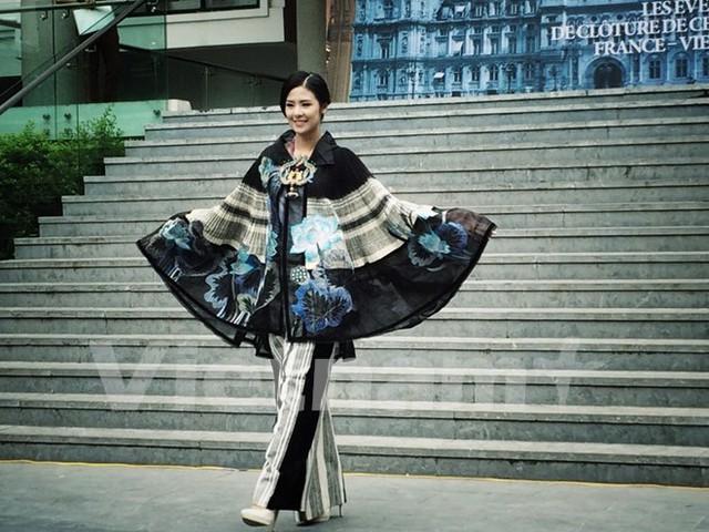 Thiết kế bằng chất liệu thổ cẩm quen thuộc của nhà thiết kế Minh Hạnh. (Ảnh: PV/vietnam+)