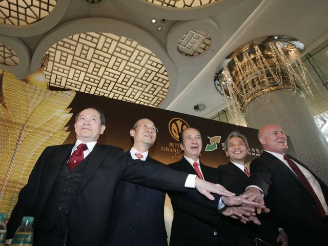 Đế chế casino của anh bắt đầu khi anh cùng với một số nhà đầu tư khác, giành độc quyền cờ bạc năm 1982.