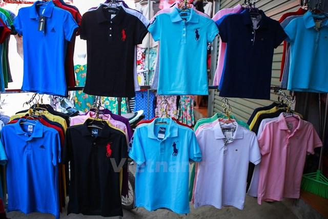 Những chiếc áo phông nhái thương hiệu quốc tế có chất lượng vải tốt, đường may cẩn thận bao lót theo tiêu chuẩn hàng chính hãng được bán lẻ với các mức giá 50.000 đồng-65.000 đồng/chiếc. (Ảnh: Minh Sơn/Vietnam )