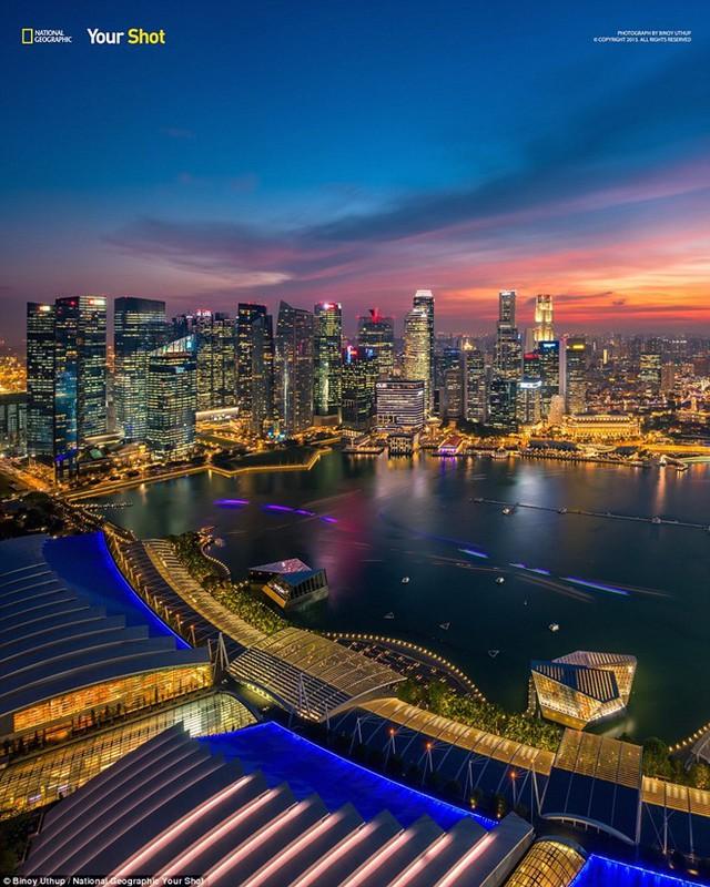 Vẻ đẹp lung linh về đêm của khu phố tại Vịnh Marina, Singapore.