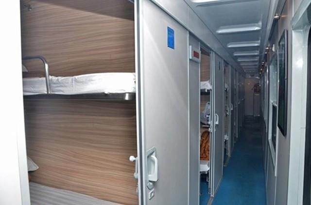 Khoang giường nằm cao cấp được thiết kế hiện đại với 4 giường, hệ thống điều hòa, đèn,...