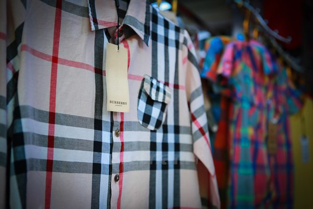 Thương hiệu Burberry thuộc dòng thời trang quốc tế cao cấp, song một chiếu áo sơmi nhái được bán lẻ với mức giá 100.000 đồng-130.000 đồng/chiếc. (Ảnh: Minh Sơn/Vietnam)