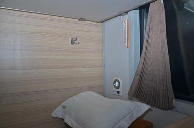 Trong mỗi phòng đều có một chiếc nhiệt kế để đo nhiệt độ. Mỗi người có thể tùy chỉnh nhiệt độ phòng sao cho phù hợp bằng cách vặn điều hòa, điều này tạo nên sự khác biệt so với trước đây muốn chỉnh nhiệt độ phải chỉnh cả toa.
