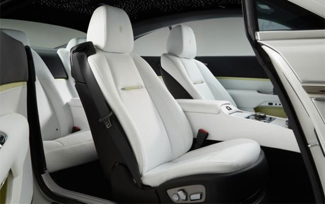 """Wraith được trang bị đèn trần kiểu """"starry-night"""" nổi tiếng của Rolls  Royce, với những chiếc đèn LED nhỏ tạo nên ánh sáng giống như bầu trời  đêm dọc theo trần của chiếc xe. Ghế ngồi của xe được trang bị thiết bị  masage và sưởi ấm."""