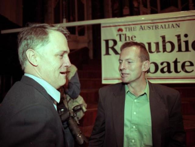 Sau thành công trong lĩnh vực luật và kinh doanh, Turnbull bước chân vào chính trường. Trong cuộc bầu cử năm 2004, ông được bầu làm nghị sĩ tại hạt Wentworth, rồi trở thành thành viên nội các. Năm 2008, ông trở thành thủ lĩnh đảng Tự do, lúc đó là đảng đối lập của Australia.<br>5 năm sau, vào năm 2009, vị trí của Turnbull bị thách thức và chính ông Tony Abbott là người chiếm mất vị trí lãnh đạo đảng Tự do từ Turnbull với chỉ 1 lá phiếu chênh lệch.<br><br>Trong ảnh, ông Abbott (trái) và ông Turnbull (phải) trong một cuộc tranh luận.