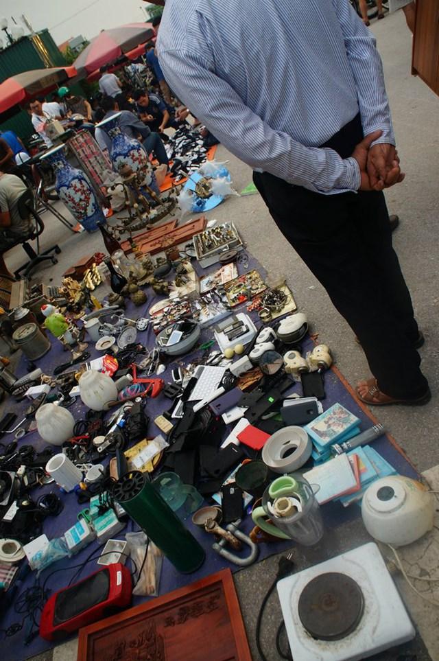 Nhiều đồ cũ từ máy xay sinh tố, bếp điện cũ, ốp điện thoại cũng được bán tại chợ.
