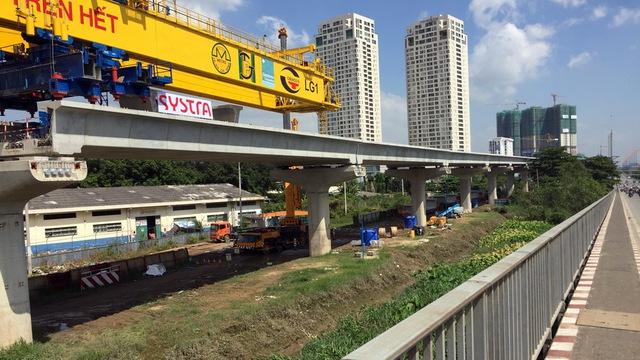 Những nhịp dầm metro được xây dựng trên xa lộ Hà Nội sắp hoàn thiện 1.000 m đầu tiên - Ảnh: Chế Thân