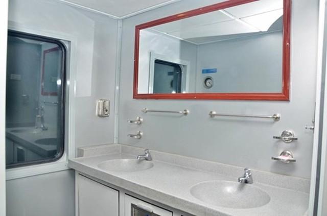 Hệ thống phòng rửa mặt được làm bằng chất liệu tốt, hiện đại. Đặc biệt, hệ thống vệ sinh không thải ra môi trường khách hàng có thể sử dụng ngay cả khi tàu đang dừng đỗ tại các ga.