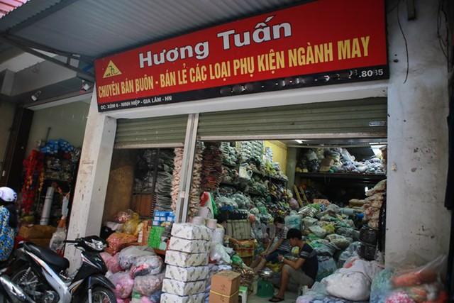 Nhãn mác, nguyên phụ liệu… các thương hiệu từ cao cấp đến bình dân, từ trong nước đến quốc tế đều có đủ và được bán theo cân. (Ảnh: Minh Sơn/Vietnam)