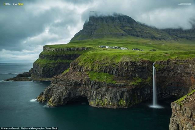 Thác nước chảy xuống biển từ trên vách núi ở Vương quốc Anh.