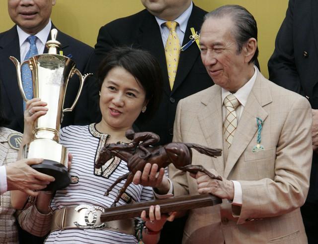Trong thời gian xuống, anh đồng hồ ngựa đua giành giải thưởng của mình, Viva Pataca.