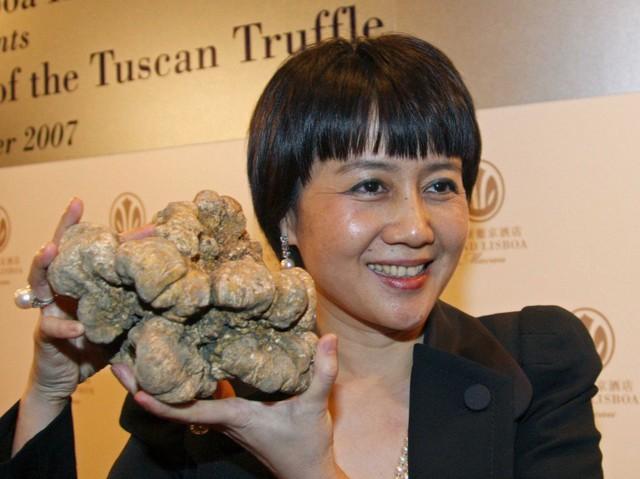Ông cũng thích mua loại nấm đắt tiền - ông đã dành hơn $ 500,000 trên nấm cục trắng ở cuộc đấu giá từ thiện.