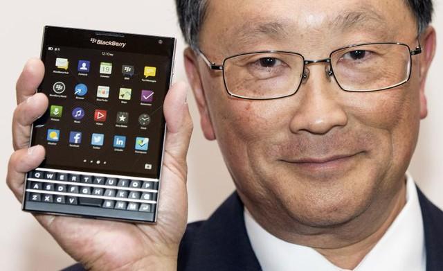 John Chen bên chiếc điện thoại điểm nhấn của BlackBerry năm 2014 Passport