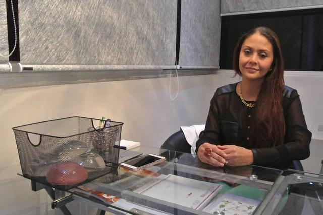 Bà Olika Dávila, chủ một trung tâm thẩm mỹ tại Puerto Ordaz-Venezuela đang giới thiệu những mẫu silicon nâng ngực.