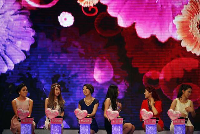Các thí sinh nữ đang trò chuyện cùng nhau khi tham dự 1 gameshow về ghép cặp đôi tại Thượng Hải