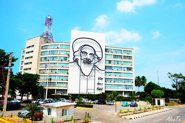 Qua rất nhiều các tòa nhà ca ngợi lãnh tụ cách mạng giải phóng dân tộc như Fidel Castro