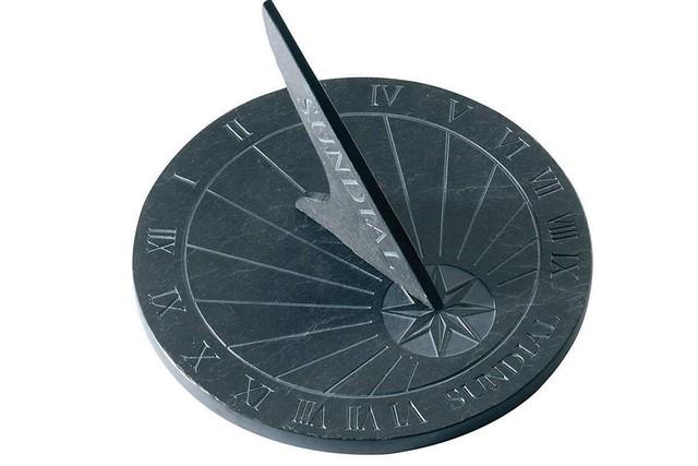 """Đồng hồ Mặt Trời """"Sundial"""" thời tiền sử"""
