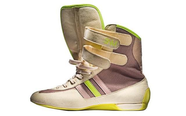 Bức ảnh là đôi giày thiết kế bởi Stella McCartney năm 2014.