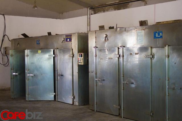 Tiếp theo, những hạt ô mai sẽ được sấy khô trong những chiếc máy như thế này