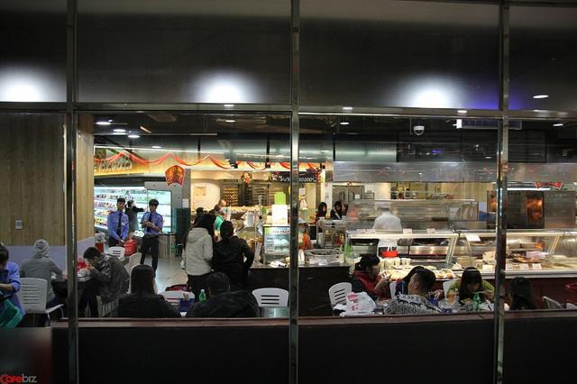 Khu ăn uống thuộc Lotte Mart khá đông khách
