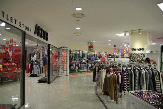 Phía trên là khu mua sắm, đa số là các thương hiệu bình dân