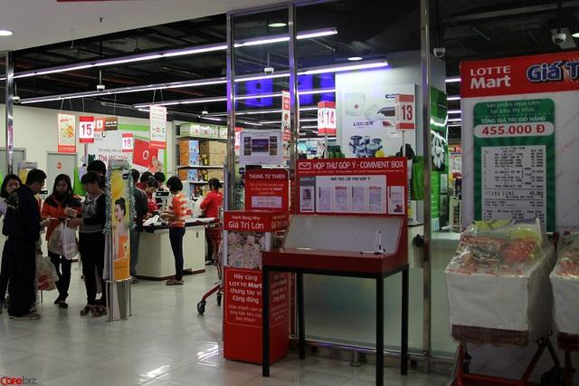 Trái lại, Lotte Mart nằm sát bên cạnh lại khá là đông khách
