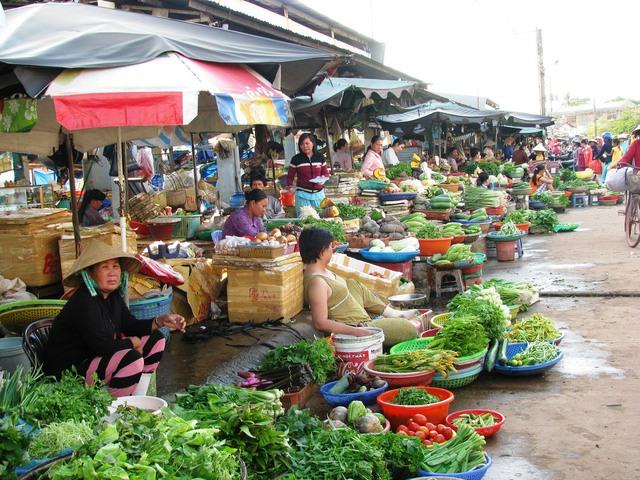 Sản phẩm Việt sẽ không len được vào các kênh bán lẻ hiện đại như siêu thị, cửa hàng tiện lợi..., mà chỉ đi vào các kênh như chợ và các tiệm tạp hóa truyền thống. Ảnh: báo Đồng Nai.