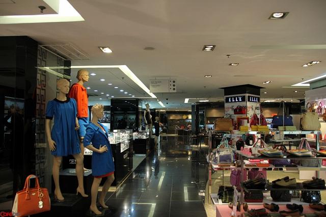 Nhiều hàng hóa của các thương hiệu nổi tiếng cũng được bày bán tại 4 tầng tại TTTM này cũng lâm vào tình trạng ế ẩm.