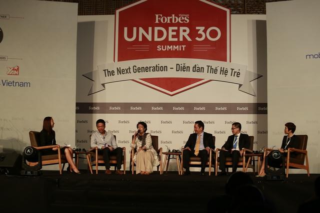 Các diễn giả và khách mời trên sân khấu diễn đàn Thế hệ Trẻ ngày (Ảnh: Forbes Việt Nam)