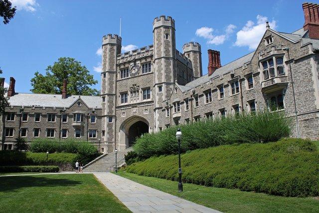 Princeton là một trong những trường đại học lâu đời hàng đầu tại Mỹ và áp dụng chính sách mù tài chính cho sinh viên quốc tế
